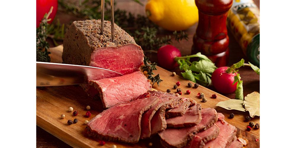 岩塩と特製スパイスで味付けし、しっとりと柔らかい肉質のローストビーフ